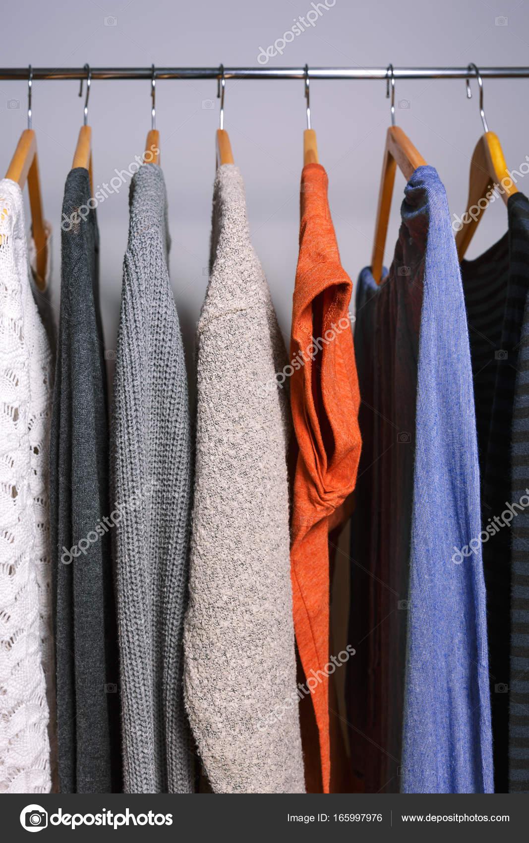 00f946121c Γυναικεία ρούχα κρέμονται από ένα ράφι ρούχα σε ένα κατάστημα ή στο σπίτι  ντουλάπα– εικόνα αρχείου