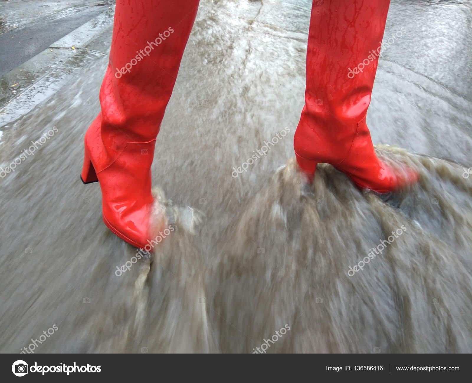 best website d86f7 fedb8 Ragazza in tacchi alti stivali di gomma in una giornata di ...