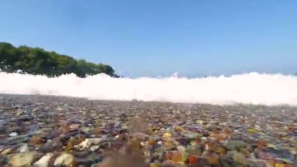 Vlna a kameny pobřeží