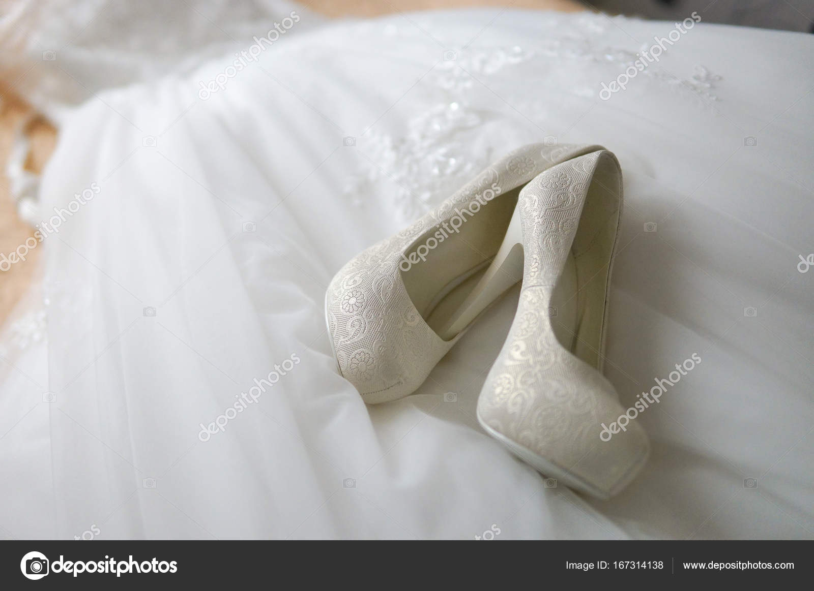bec6ffd5331f Λευκά Νυφικά παπούτσια στο νυφικό, φως της ημέρας, ρηχό βάθος της προβολής  — Εικόνα από ...