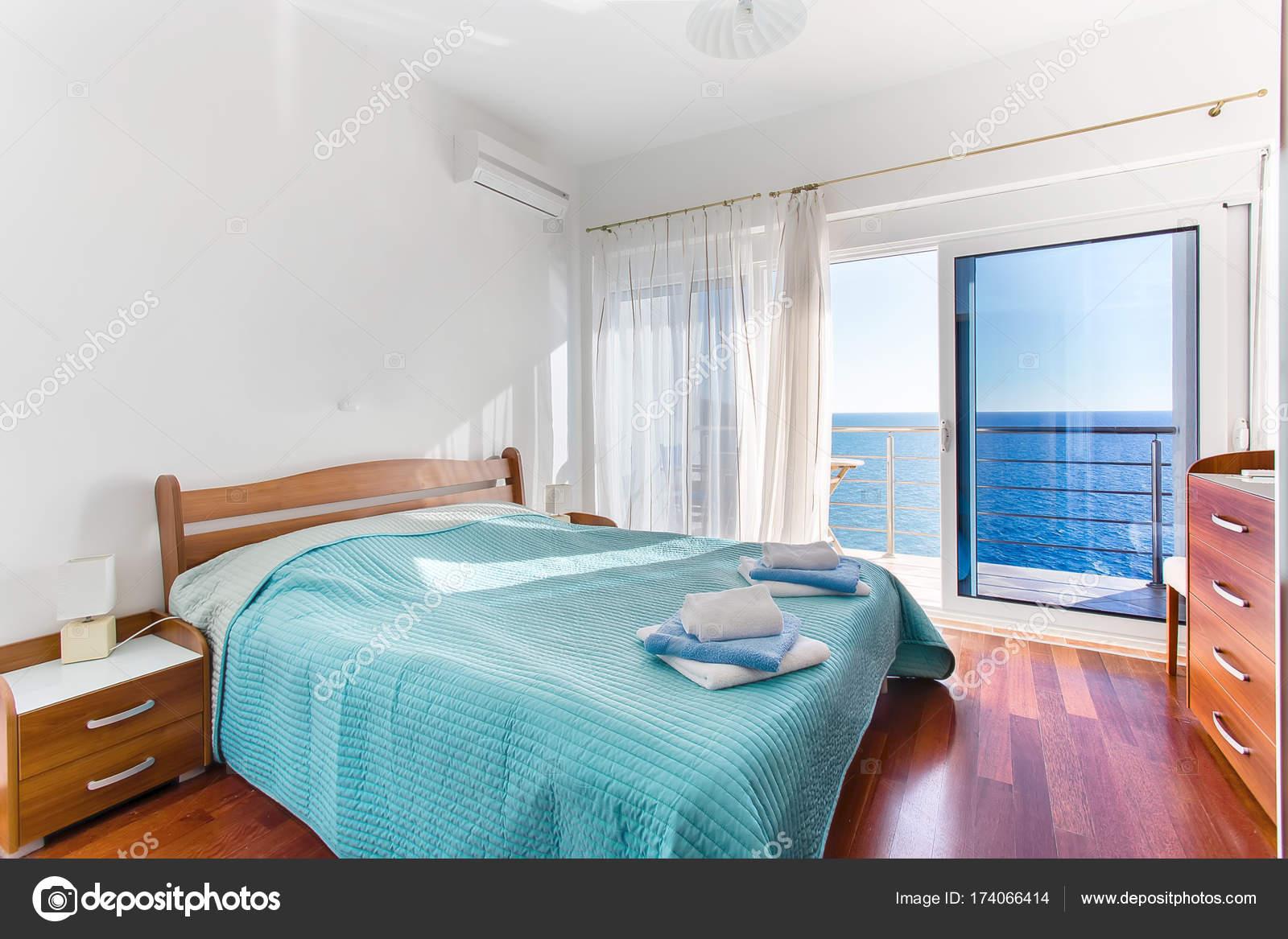 Camera da letto in hotel con vista mare — Foto Stock ...