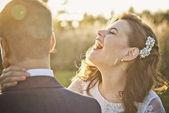 Fényképek egy fiatal menyasszony nevet, és azt kiáltja, a fül, a vőlegény