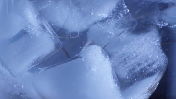 Tiszta ivóvíz jéggel egy pohárban.