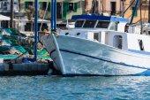 Fehér horgászcsónak vagy vonóhálós a kikötő