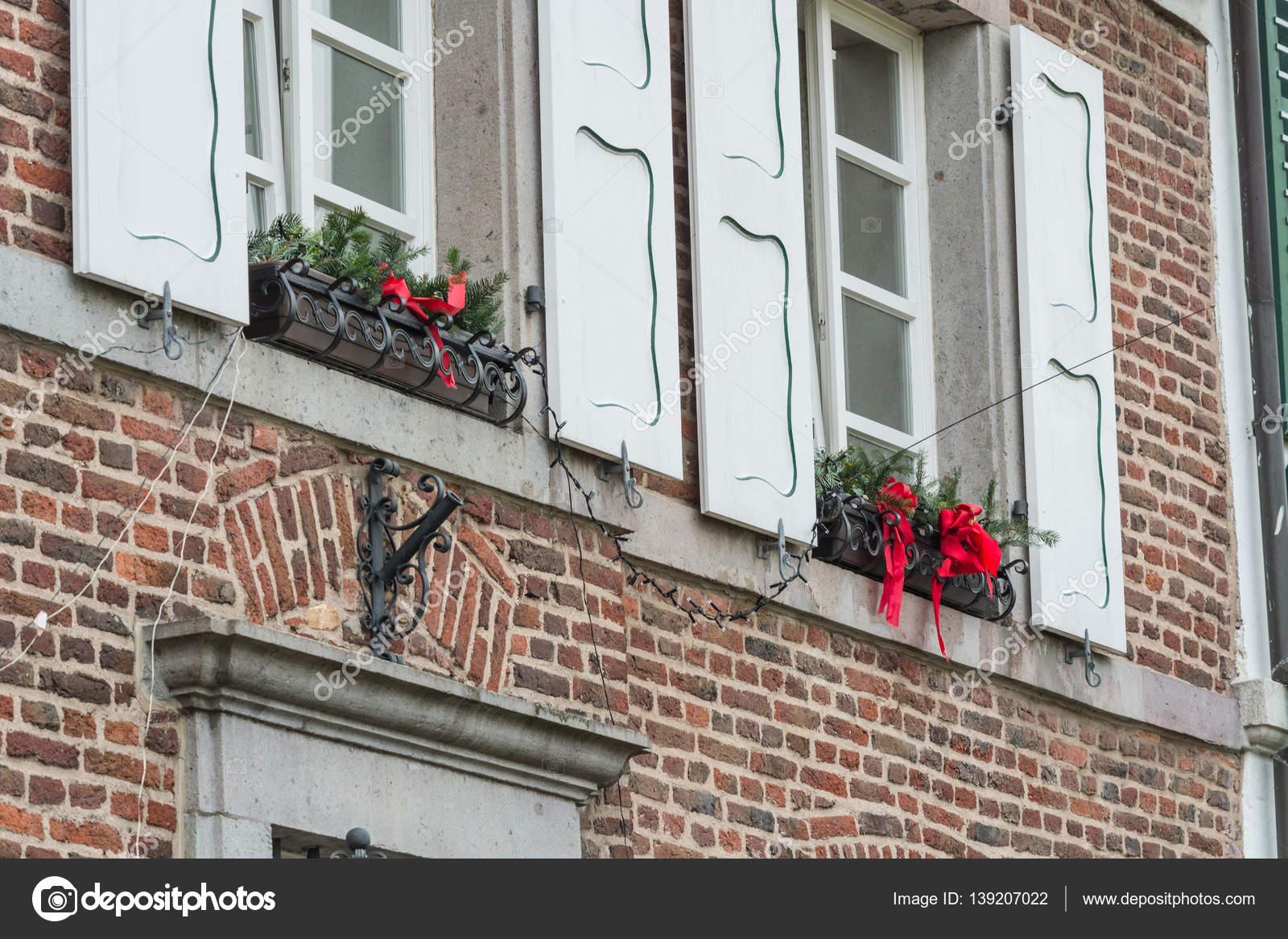 Huis versierd en verlicht voor kerstmis u2014 stockfoto © nikd51 #139207022