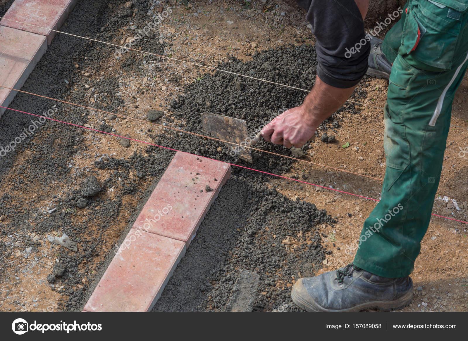 mann ist pflastersteine verlegen. — stockfoto © nikd51 #157089058