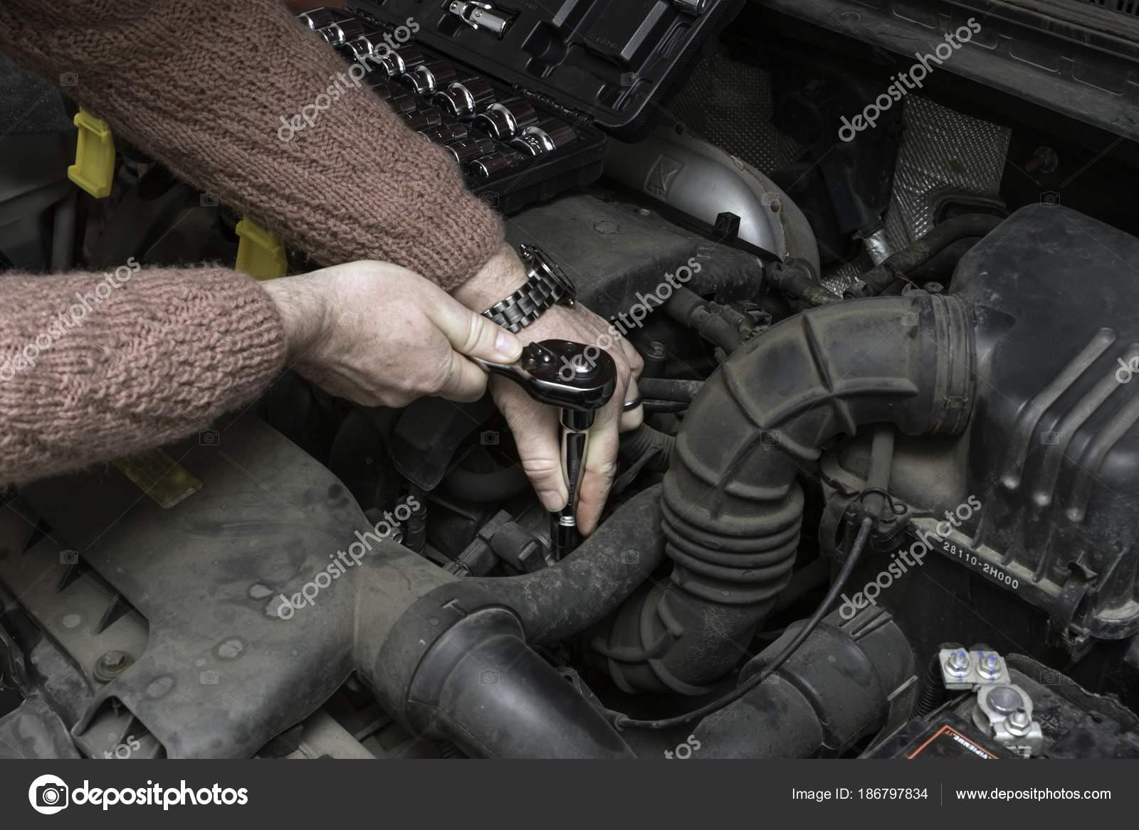 Kfz-Mechaniker behebt den Automotor von tools — Stockfoto © Tylinek ...