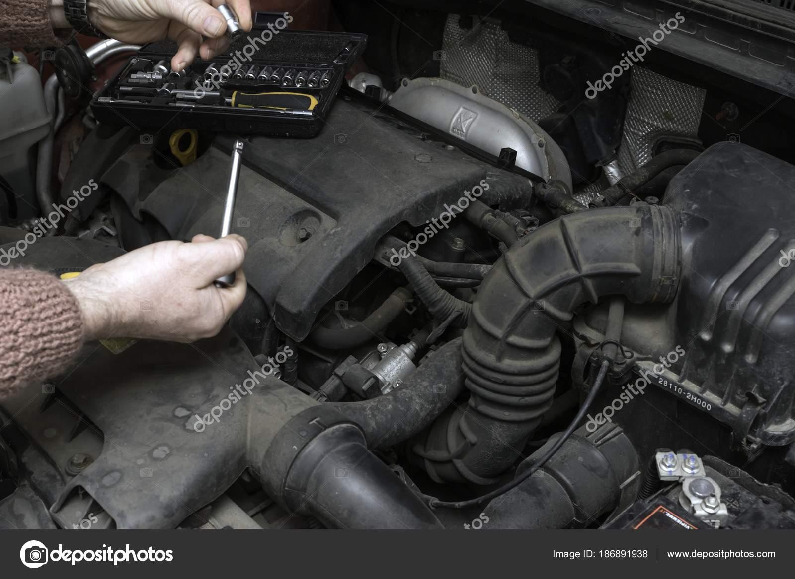 Kfz-Mechaniker repariert das Auto-Motor — Stockfoto © Tylinek #186891938