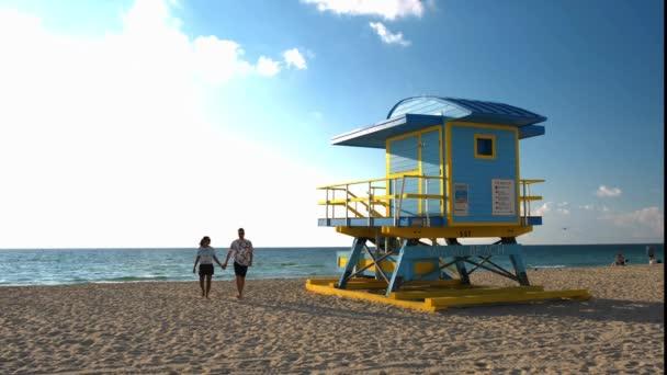 Paar am Strand von Miami Beach, Rettungswache Hütte Miami Beach Florida