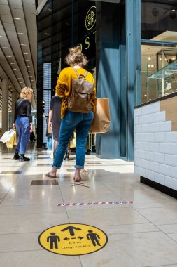 Utrecht Hollanda, 23 Mayıs 2020, alışveriş merkezi Hoog Catharijne, Coronavirus salgını sırasında yoğun bir hafta sonu günü insanlar 1,5 metre mesafede dükkana girmek için kuyrukta bekliyor..