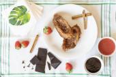 Zenith terv két ízletes torrijas együtt csokoládé, eper, fahéj és lekvár összetevők