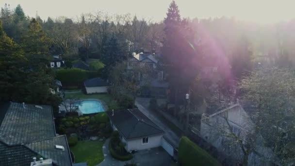 Letět nad bohaté čtvrti se zelenými keři a stromy kolem