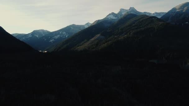 Kanadské hory se zasněženými vrcholky a zeleným lesem