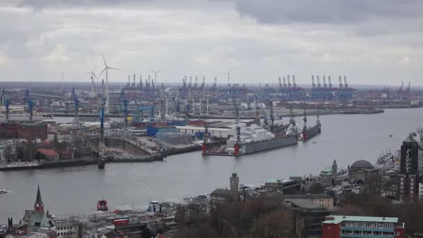 Luftaufnahme des Hamburger Hafens an einem bewölkten Tag, Deutschland