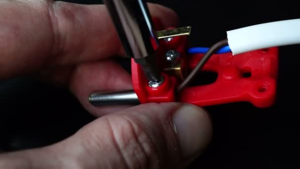 Nahraďte elektrické kabely v plug. Práce s elektrické komponenty