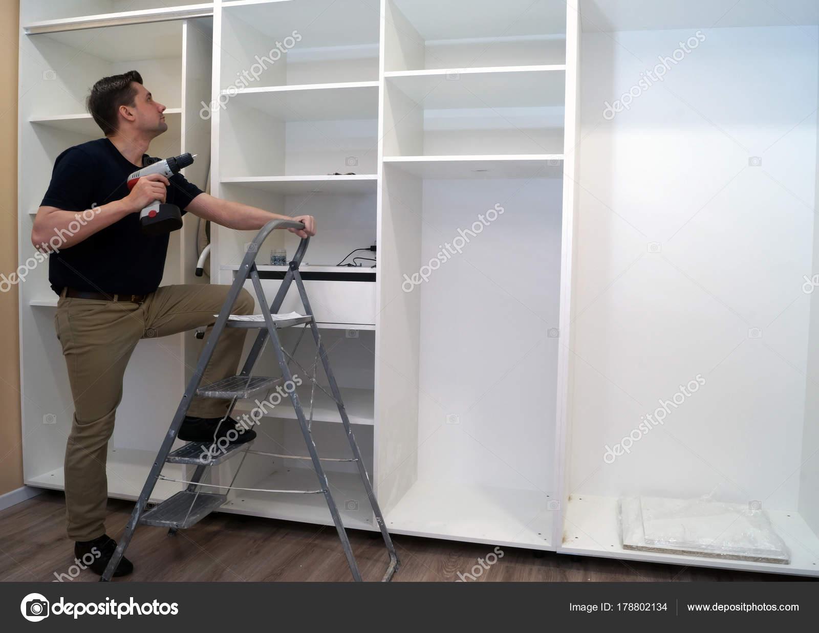 Grote Slaapkamer Kast : Installatie van grote slaapkamer kast u stockfoto designer