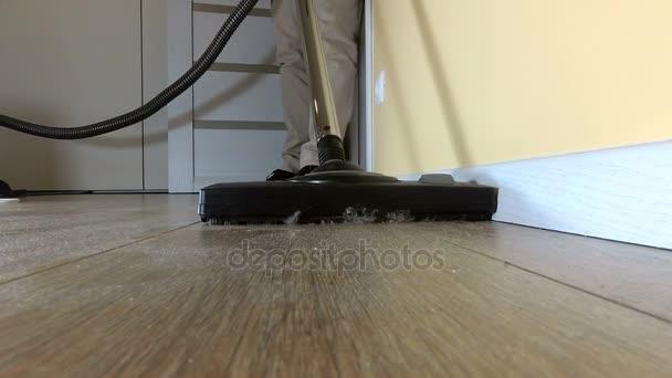 Člověk používající vysavač pro úklid podlahy. Koncepce domácí práce