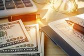 Finanční řešení pro malé firmy. Kalkulačka, peníze a pe