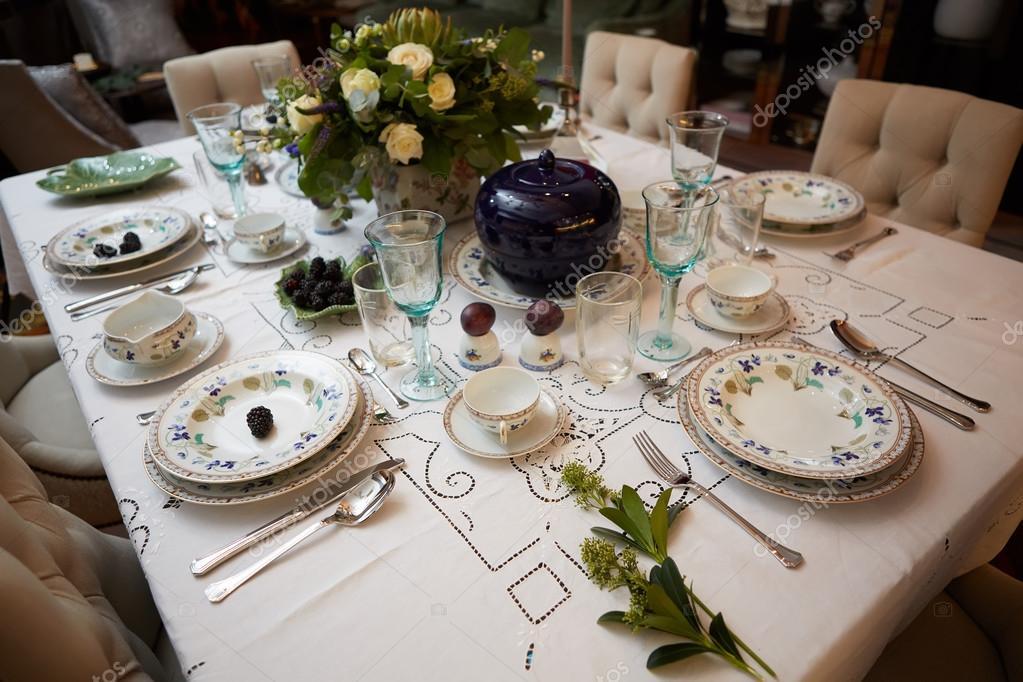 Bellamente Decorado Set De Mesa Con Flores Velas Platos Y - Decorar-velas-con-servilletas