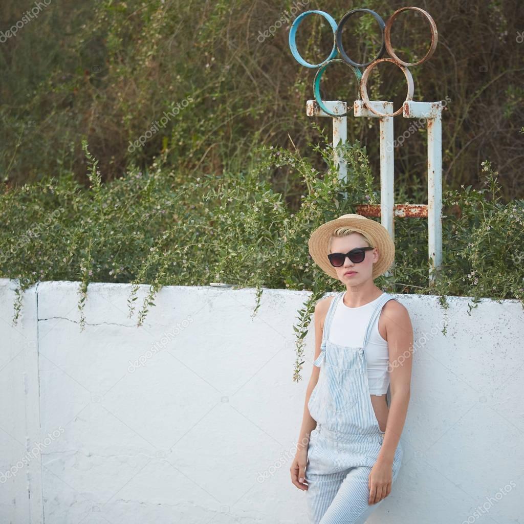Дуже тонкий Тан стильний білявка в солом яному капелюсі і сонцезахисні  окуляри створюють — Фото від sarymsakov de54e525a03ab
