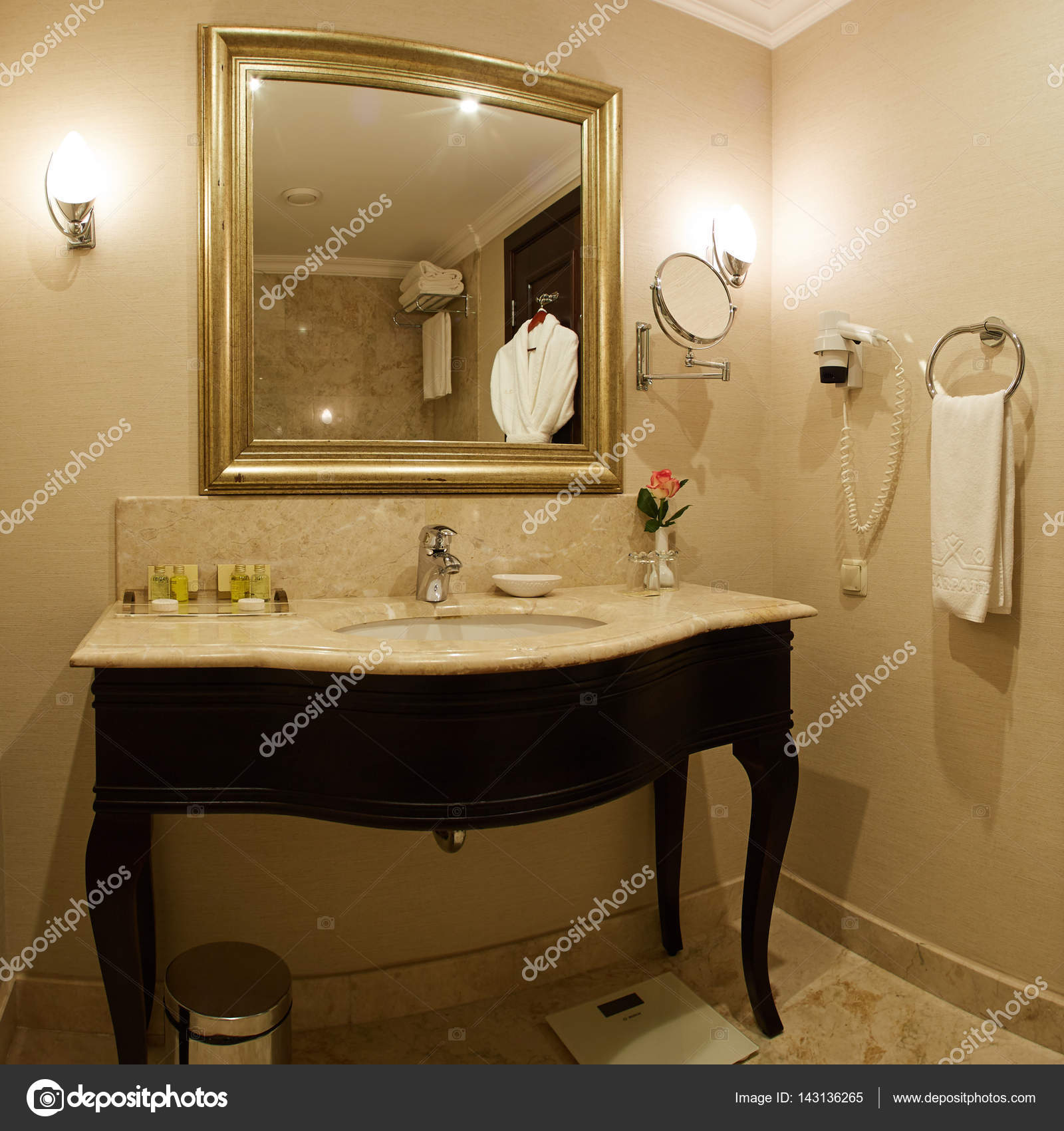 interieur van een hotel badkamer — Stockfoto © sarymsakov #143136265