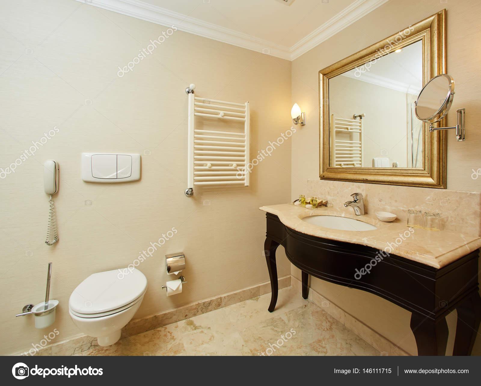 interno di un bagno dell\'albergo — Foto Stock © sarymsakov #146111715