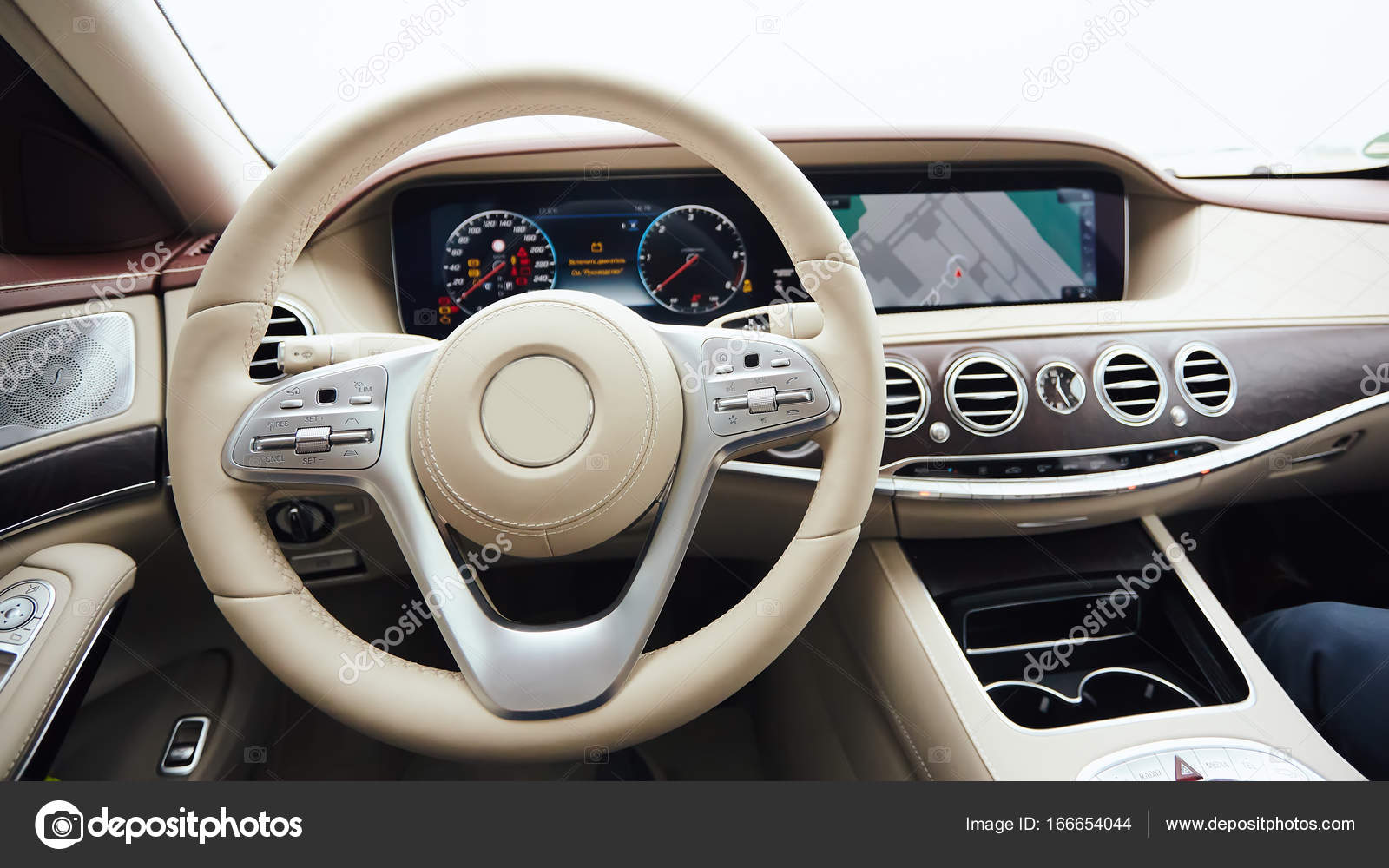 auto interieur luxe interieur van prestige moderne auto comfortabele lederen zetels dashboard en stuurwiel witte cockpit met exclusieve houten en