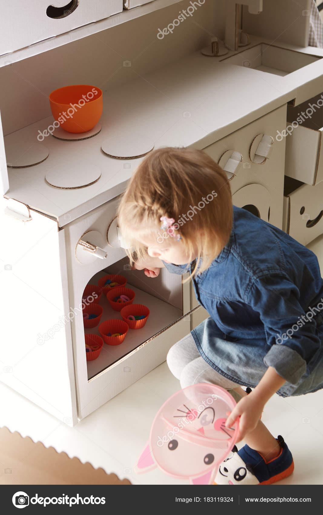 Kleinkind Mädchen spielen mit Spielzeug Küche zu Hause — Stockfoto ...