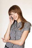 beszél a mobiltelefon vonzó fiatal nő portréja.
