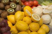 Fotografie Helle, frische Früchte. Kreative Hintergrund