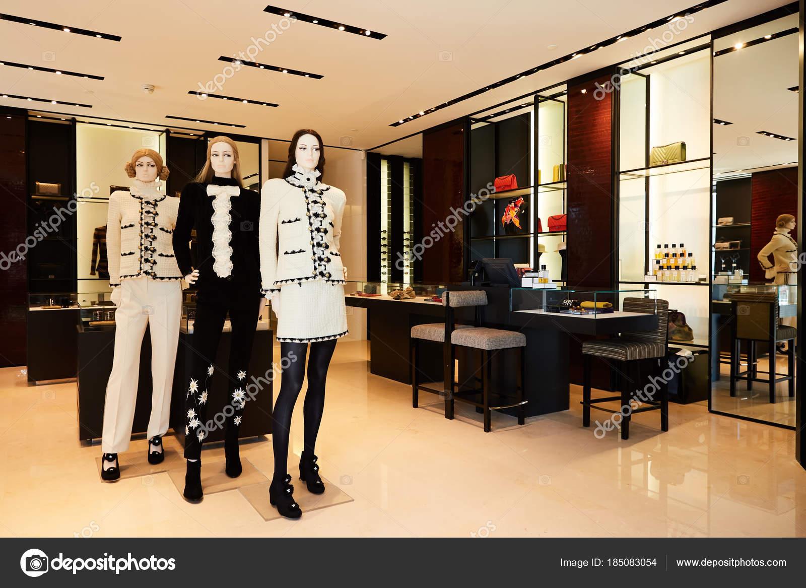 Dames Kleding Winkel.Vrouwen Mannequins In Luxe Kleding Winkel Stockfoto C Sarymsakov