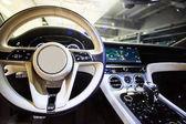 Fotografia Autonoleggio lusso interno. Interiore dellautomobile moderna di prestigio. Cruscotto e volante. Concentrarsi sul volante