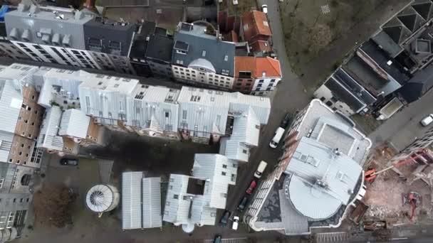 Pomalý letecký ptáci pohled přehled záběr belgické obytné oblasti vedle kostela