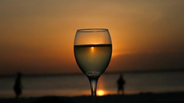 Ein Glas Wein auf dem Indischen Ozean trinken mit einem wunderschönen Sonnenuntergang.