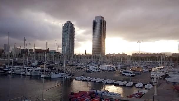 Jachty a plachetnice s výhledem na mrakodrapy Torre Mapfre