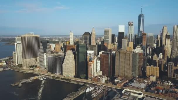 letecký pohled na hlavní město Ameriky New York drone otáčí kolem Manhattan East River a Brooklyn Bridge