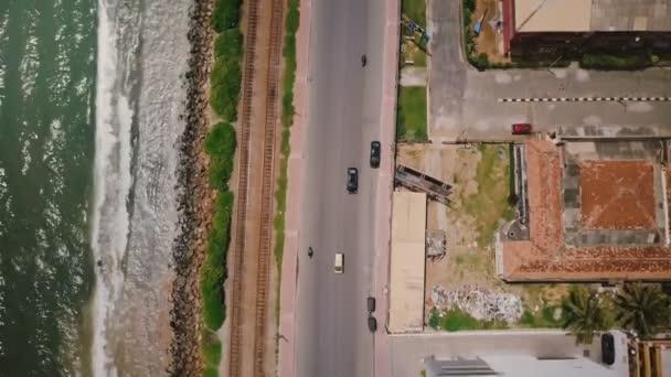 drone létání podél pobřeží oceánu ulice otevření až k úžasné panorama města a přímořského Colombo Srí lanka