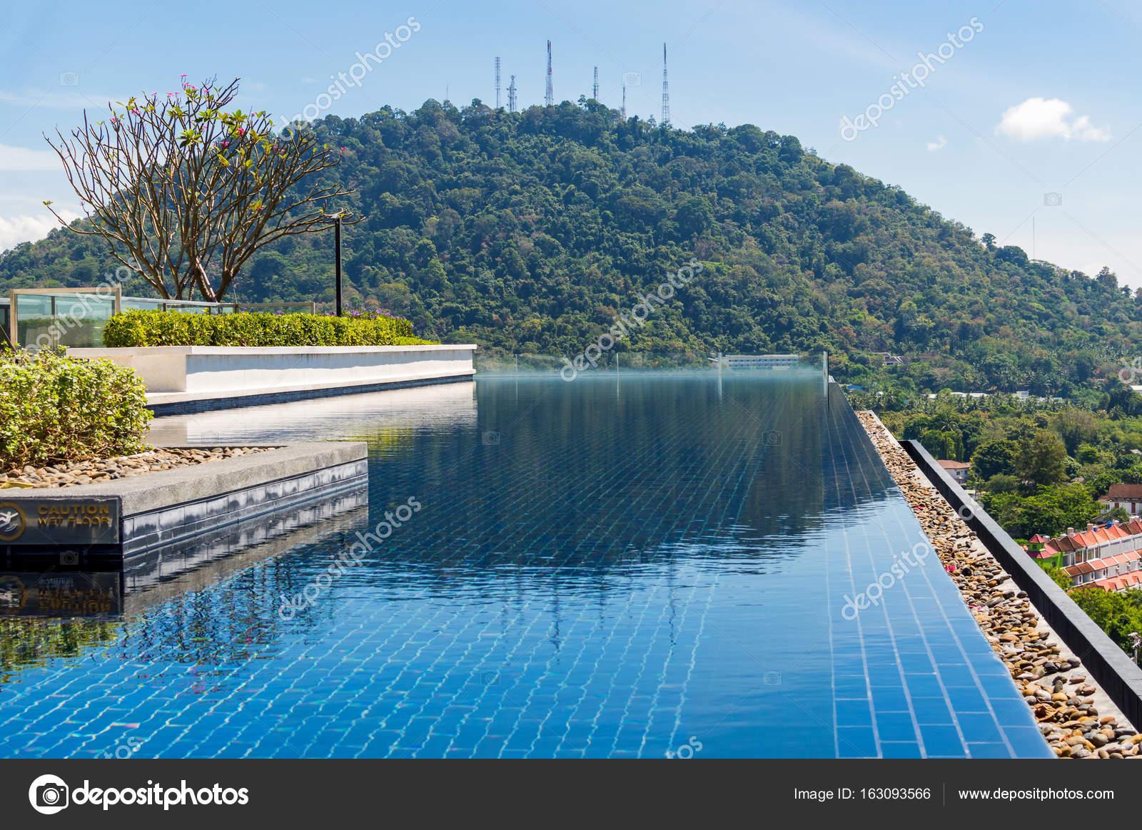 Zwembad Op Dakterras : Zwembad op dakterras met prachtig uitzicht u stockfoto