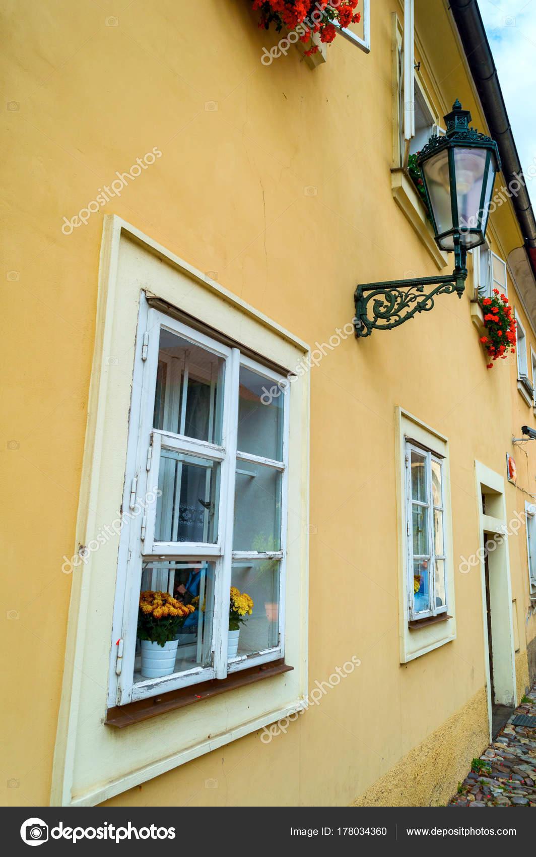 Finestra con persiane e porte in stile provenzale con lanterna ...