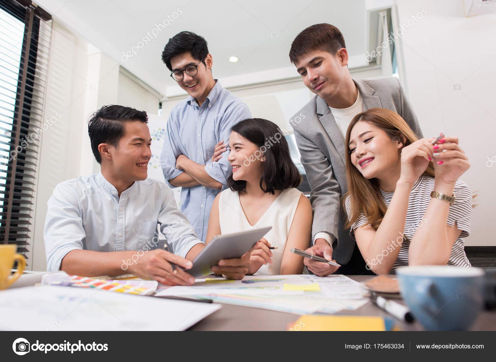 Junge Menschen Die Planen Start Upgroup Junge Männer Und Frauen