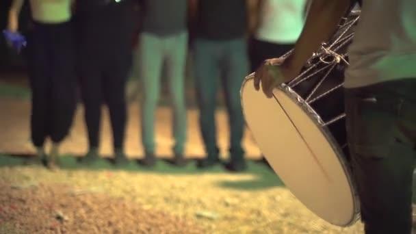 Anonymní etnická hudba bez šlechty. Tradiční halajový tanec s dudukem. Folklór Blízkého východu. To se hraje během svatby na Zurna a Davul. Buben je bicí hudební nástroj. Shalwar místní turecké vesnice lidový šátek etnický 4k.