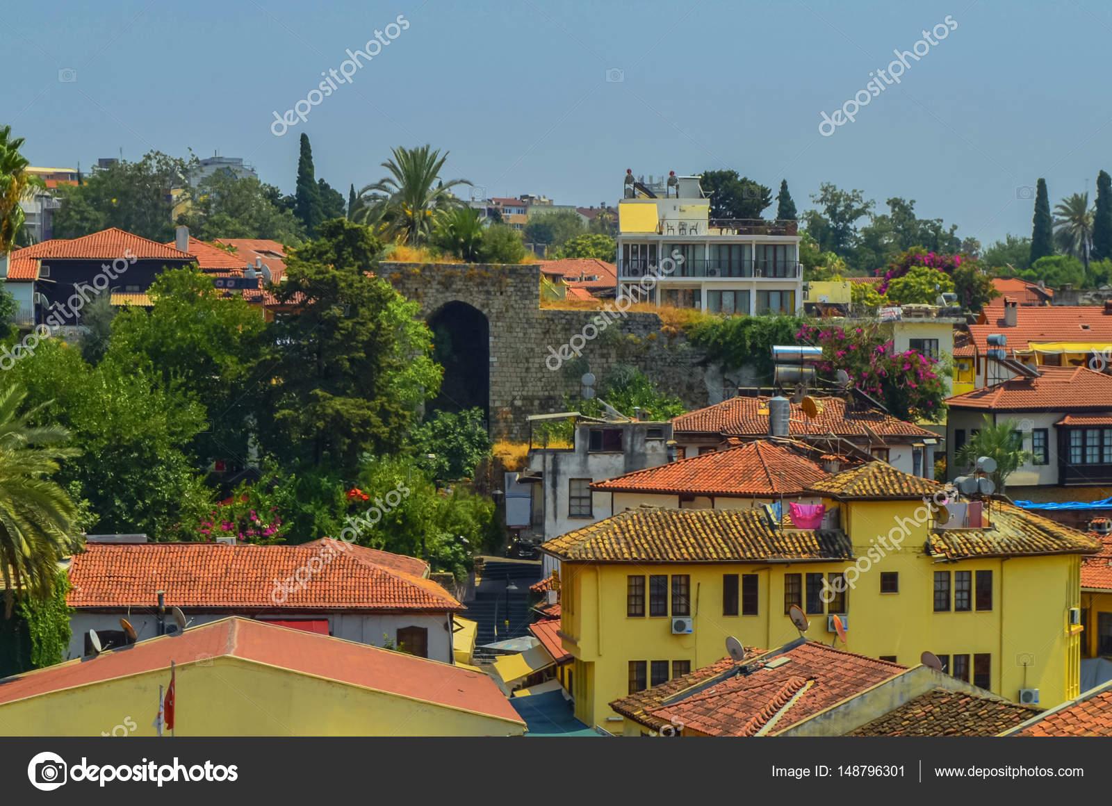 Daken van de oude huizen van de stad gemaakt van rode tegels in de