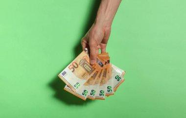 Yukarıdan gelen 50 avroluk banknotlar yeşil arka planda izole edilmiş. Para kazanma, kumar, zafer, bahis...