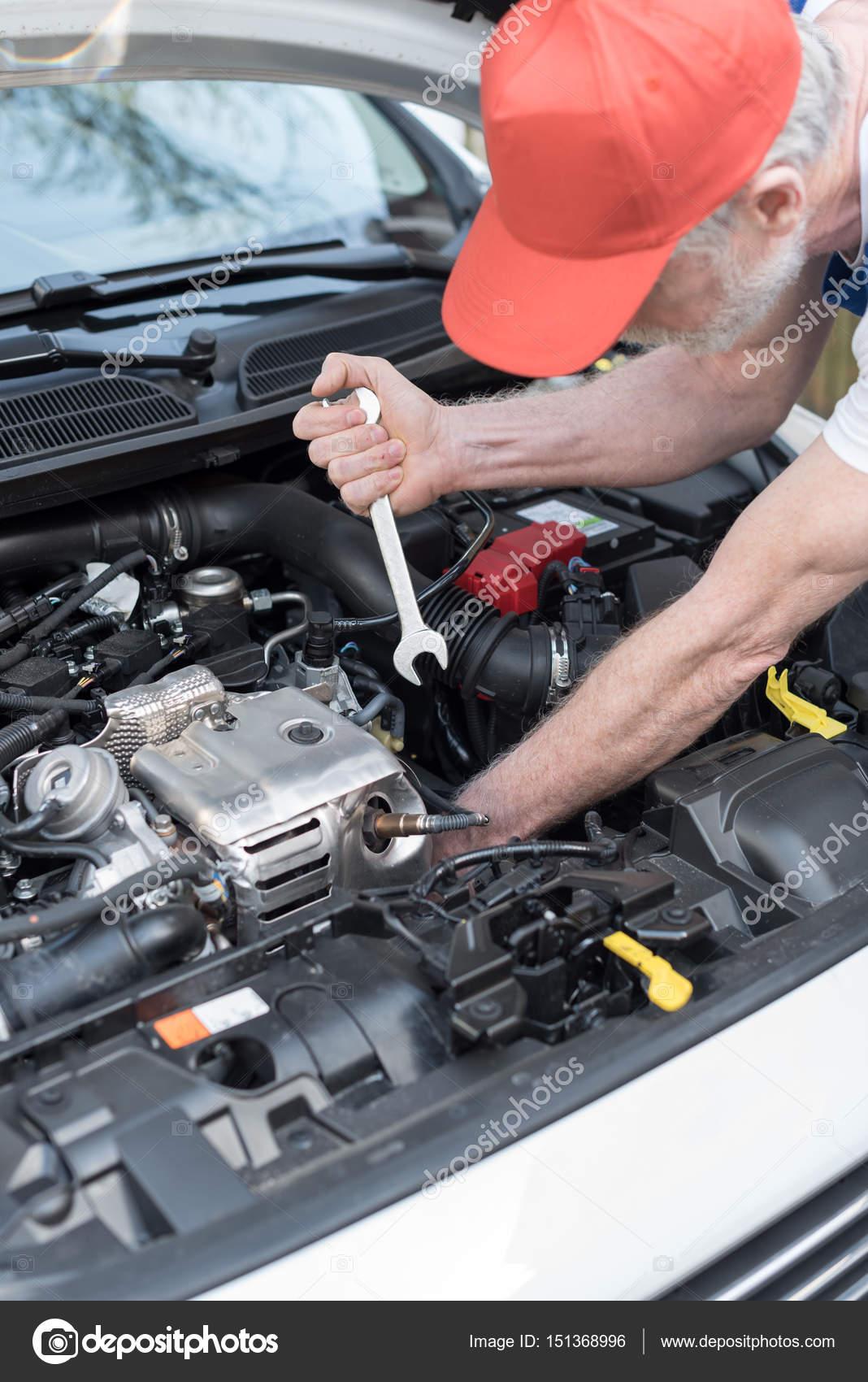 Kfz-Mechaniker arbeiten auf Auto-Motor — Stockfoto © thodonal #151368996