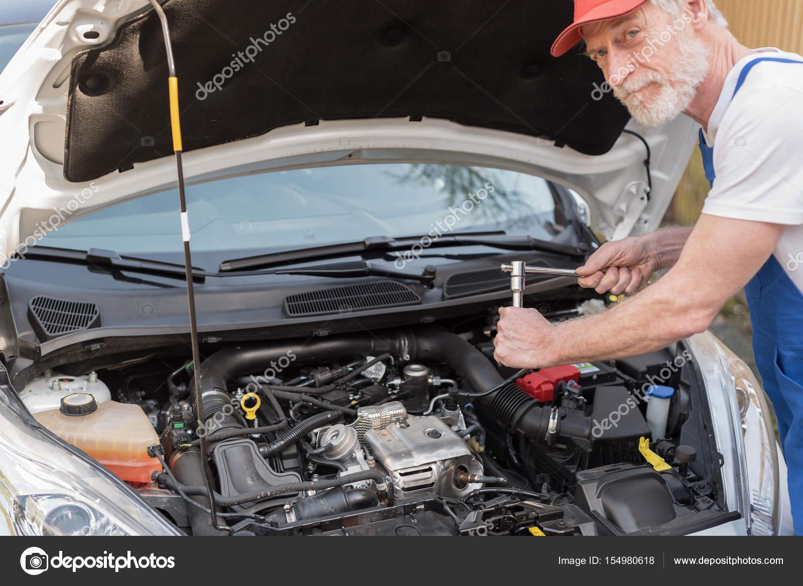 Kfz-Mechaniker arbeiten auf Auto-Motor — Stockfoto © thodonal #154980618