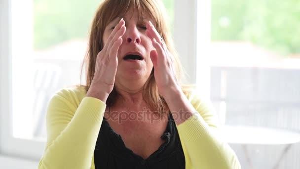 Zralá žena s alergií, kýchání a vysmrkala