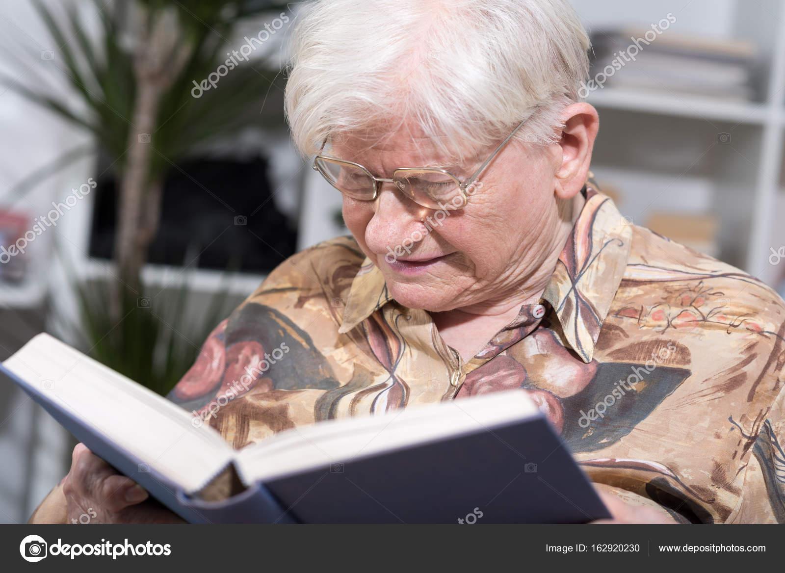 Alte Frau bläst Jobs