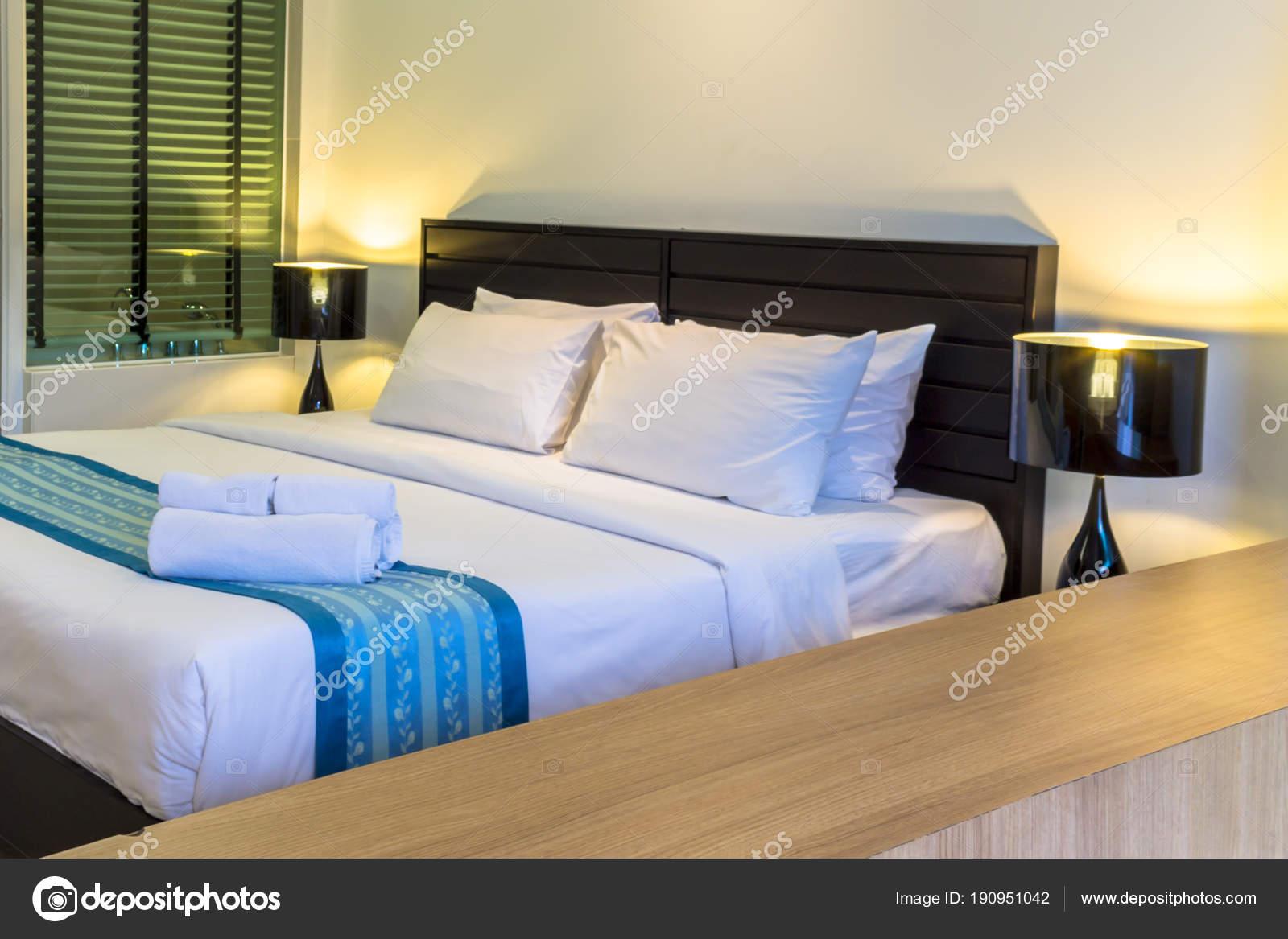 Piscina accesso accogliente camera da letto moderna ...