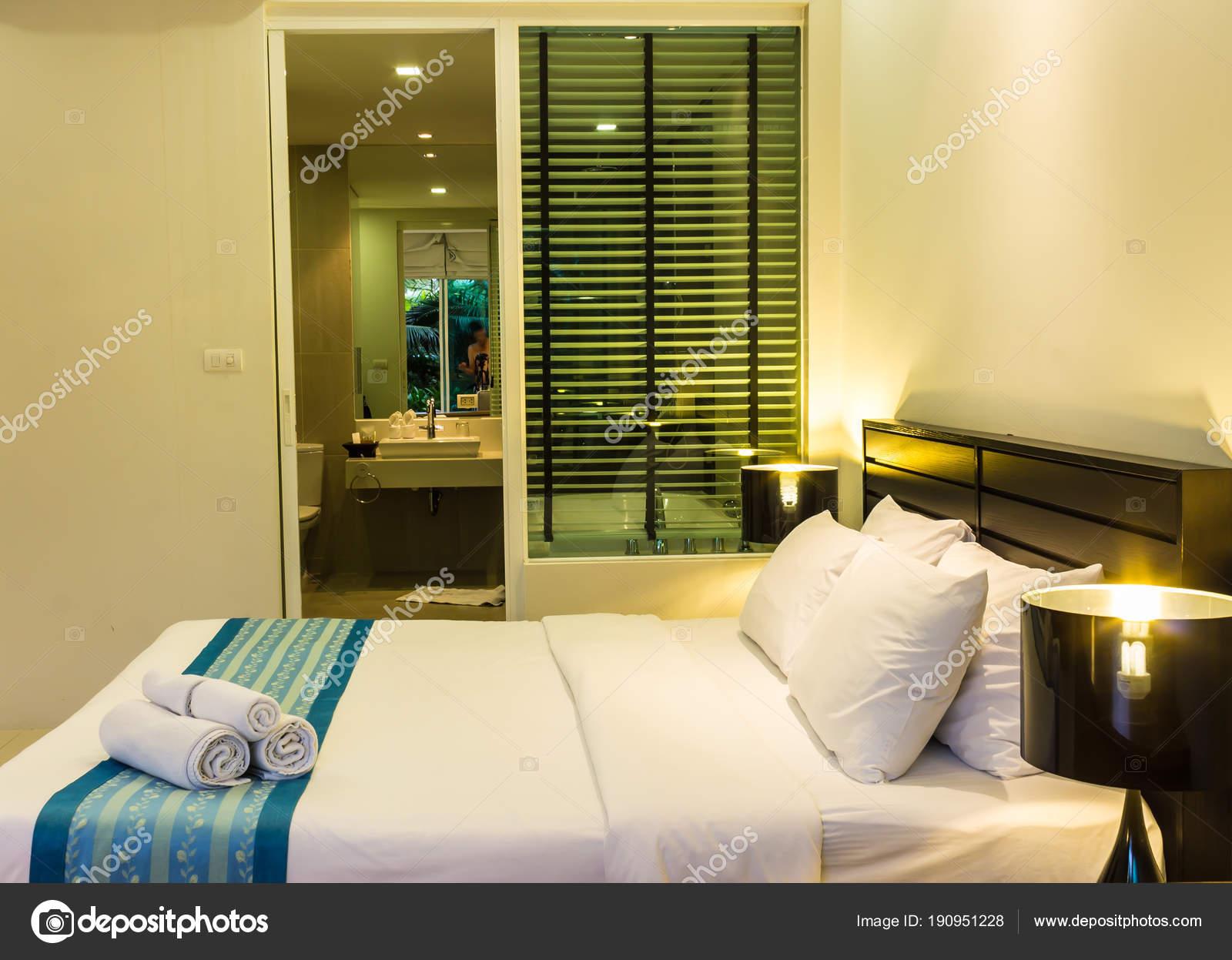 Zwembad toegang gezellige moderne slaapkamer decoratie u stockfoto