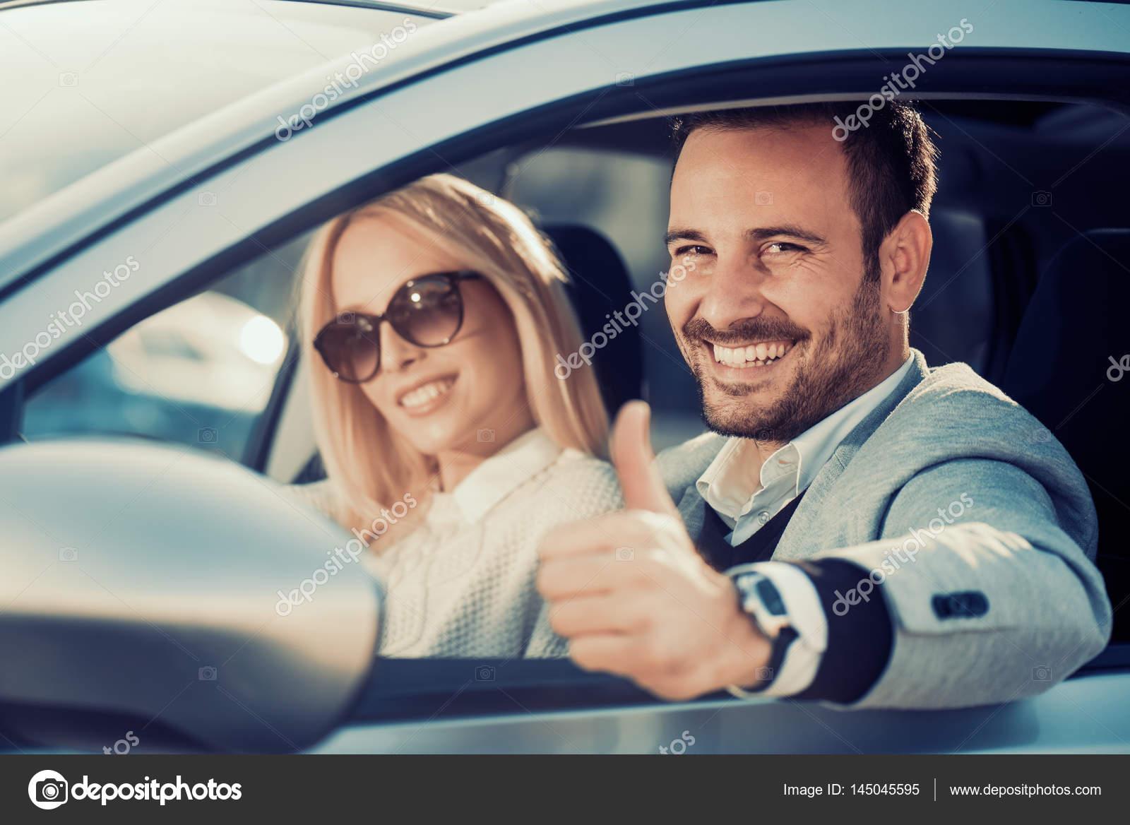 Junges Paar Auto Im Autohaus Center Zu Kaufen Stockfoto
